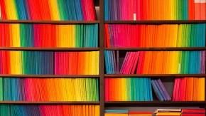 Die 1963 herausgegebene Reihe edition suhrkamp in einem Regal zusammenstahend, der von dem Grafiker Willy Fleckhaus entworfene Einband der auf über 2000 Bände erschienen Reihe wurde zum Markenzeichen des Suhrkamp Verlags.
