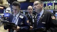 Händler an der New Yorker Wall Street verfolgen das Geschehen an den Weltmärkten zunehmend skeptisch
