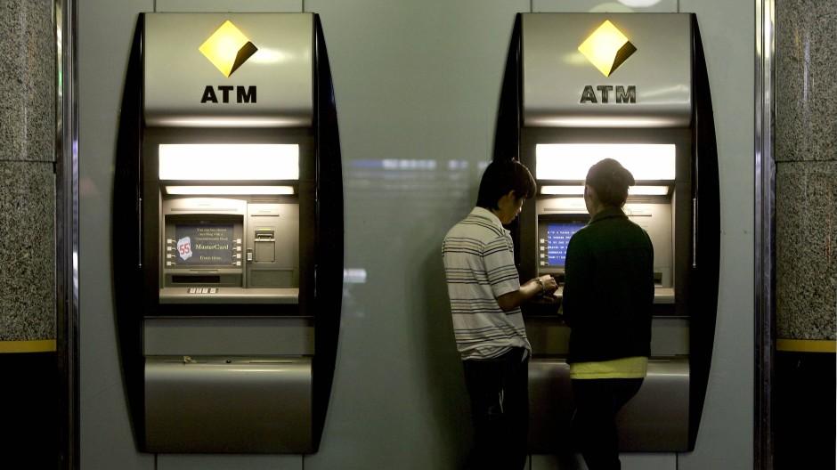 Mindestbetrag oder hohe Gebühren: für Bank-Kunden wird Geldabheben immer teurer