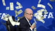 Joseph Blatter verdiente bei der Fifa ziemlich viel. Auf diesem Bild wurde er bei einer Protestaktion mit Dollar-Scheinen beworfen.