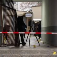 Kriminaltechniker der Polizei sichern Spuren in einem Hof eines Hauses an der Stresemannstraße in Kreuzberg.
