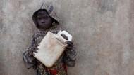 Wasser muss dieses Mädchen der Turkana an einem Bohrloch holen. Die anhaltende Dürre setzt aber nicht nur dieser Region im Nordwesten Kenias zu.