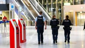 Bundespolizei weist mehr als 100 Nicht-EU-Bürger ab