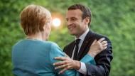 Die Einigkeit zwischen Merkel und Macron ist längst nicht in allen Punkten so groß, wie dieses Bild vermuten lässt.
