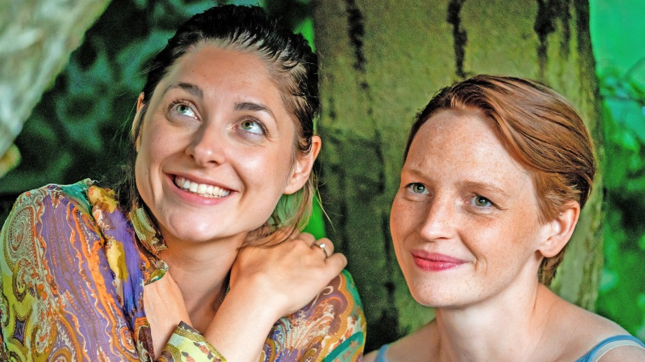 Helena (Katharina Nesytowa, l.) und Annika (Eva Maria Jost)