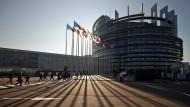 Die Sonne steht tief über dem europäischen Parlament in Straßburg.