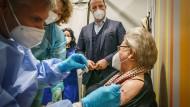 Gesundheitsminister Jens Spahn beobachtet am Ostermontag wie eine Impfung im Impfzentrum Messe Berlin verabreicht wird.
