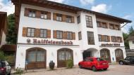 Revolution im Idyll: Die Raiffeisenbank Gmund verlangt als eine der ersten Banken von wohlhabenden Kunden Zinsen für hohe Einlagen.