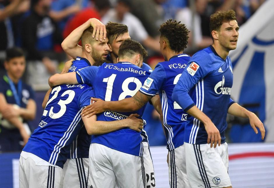 Königsblauer Jubel: Guido Burgstaller (2.v.l.) erzielte seinen neunten Saisontreffer. Damit könnte der Österreicher der erste Bundesligaprofi werden, der in einer Saison in der ersten und zweiten Liga zweistellig getroffen hat. Für den 1. FC Nürnberg gelangen ihm in der Hinrunde 14 Tore.