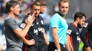 Bleibt Amin Younes (2.v.r.) Eintracht-Trainer Oliver Glasner erhalten?