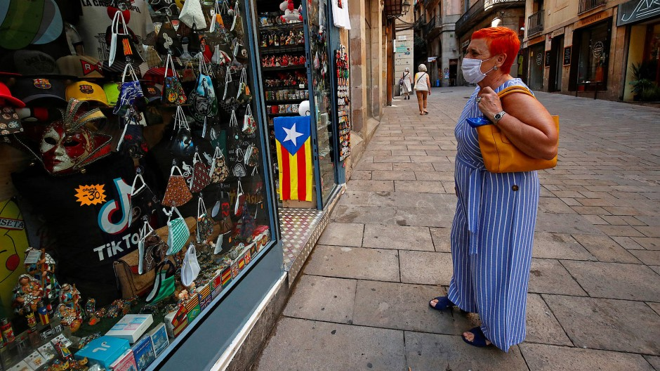 Eine Frau steht vor einem Schaufenster in Barcelona.