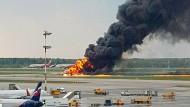 Ein Unglück, das viele Fragen aufwirft: Flugzeugbrand am Moskauer Flughafen
