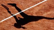Sportliches Verhalten? Fehlanzeige. Auf dem Tennisplatz tragen Eltern ihre Konflikte aus.
