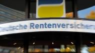 In der Rentenversicherung wird sich bis zum Jahresende ein Finanzpolster von rund 29 Milliarden Euro ansammeln. Beratungsstelle der Deutschen Rentenversicherung in Berlin