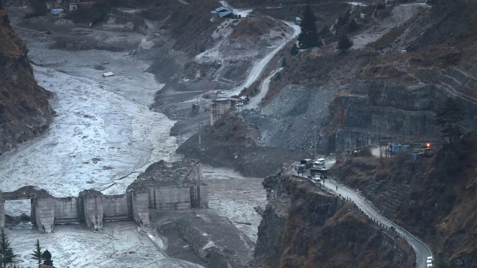 Die Flutwelle überschwemmte das Tal des Flusses Ronti. Die Wassermassen rissen Gebäude und Menschen mit sich.