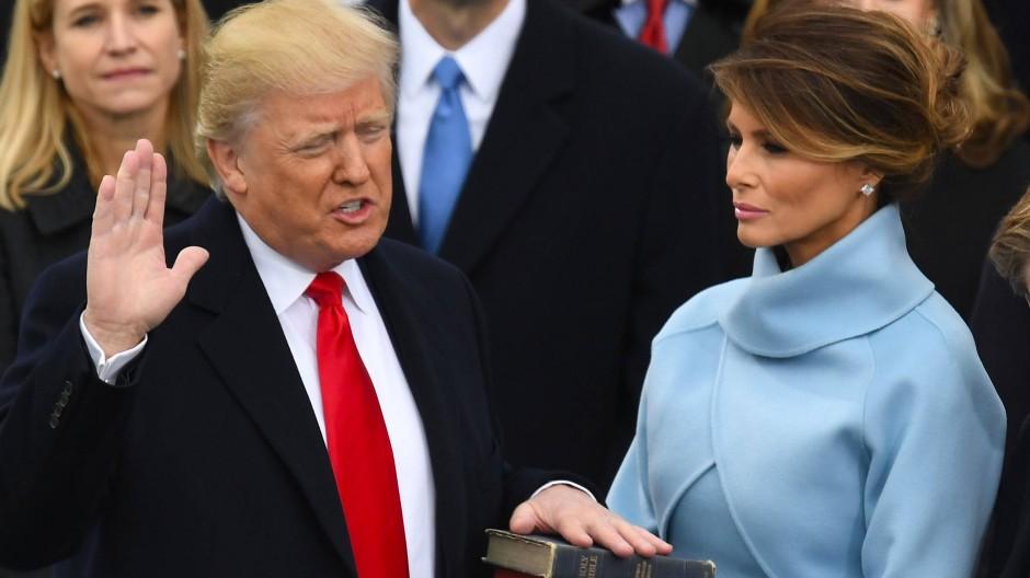 Donald Trump leistet an der Seite seiner Frau Melania am 20. Januar 2017 den Amtseid in Washington.