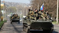 Panzer mit russischer Fahne rollen durch mehrere Städte
