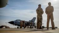 Bald weg? Deutsche Soldaten vor einem Tornado-Flieger in Jordanien