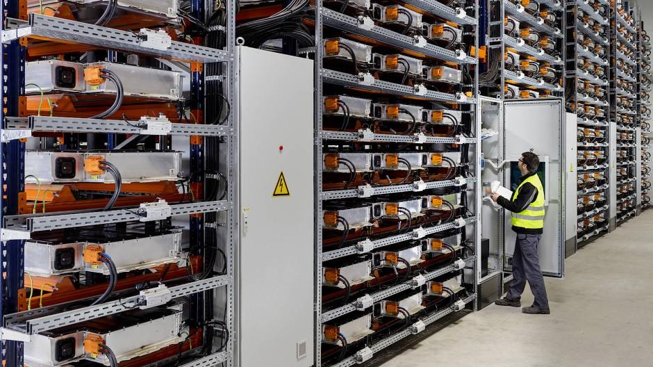 Altersheim für Akkus: In der Speicherfarm des BMW-Werkes in Leipzig machen sich ehemals in i3-Modellen verbaute Lithium-Ionen-Zellen noch einmal nützlich.