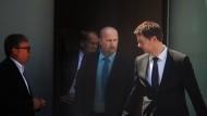 Verfassungsschützer Andreas Temme (2.v.r.) verlässt unter Begleitung nach seiner Befragung am 06.06.2016 in Wiesbaden (Hessen) den Landtag.