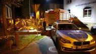 Polizei und ein Feuerwehr in Alsfeld am Tatort