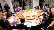 Arbeitstreffen am runden Tisch: Die Vertreter der G 7 setzen sich zusammen.