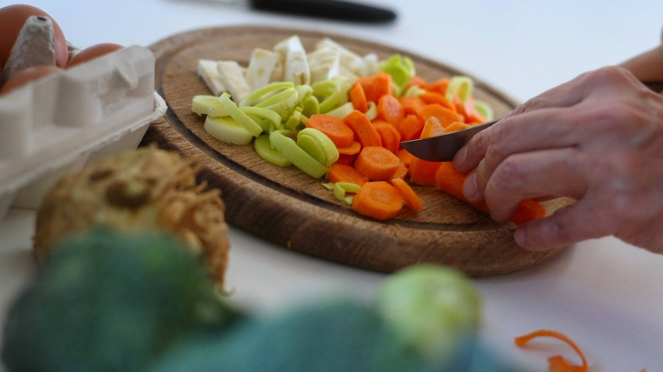 Wer denkt, nur Gemüse ist gesund, liegt falsch. Bei einer gesunden Ernährung darf man fast alles essen.