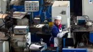 Eine Frau in einer Elektroauto-Fabrik in Hangzhou.