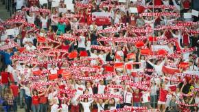 Rot-weiße Wand: Die Zuschauertribüne in Lodz