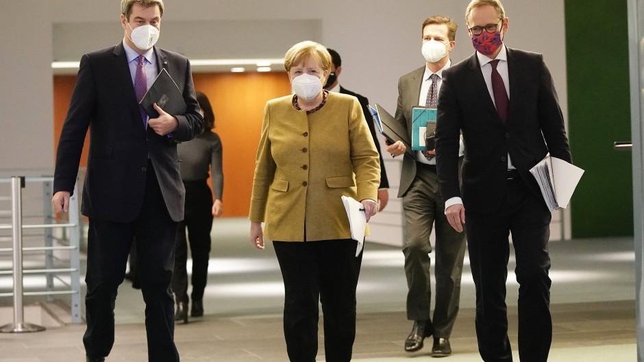 Dienstagabend, nach langen Diskussionen: Söder, Merkel und Müller gaben den Kompromiss bekannt, der schon am Mittwoch aufgeweicht wurde.