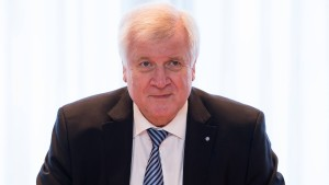 Seehofer droht mit Absage des Friedensgipfels mit Merkel