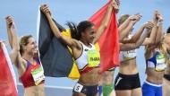 Alle gemeinsam: Nach geschafftem Siebenkampf nehmen alle Athleten die Olympiasiegerin Nafissatou Thiam aus Belgien in ihre Mitte.