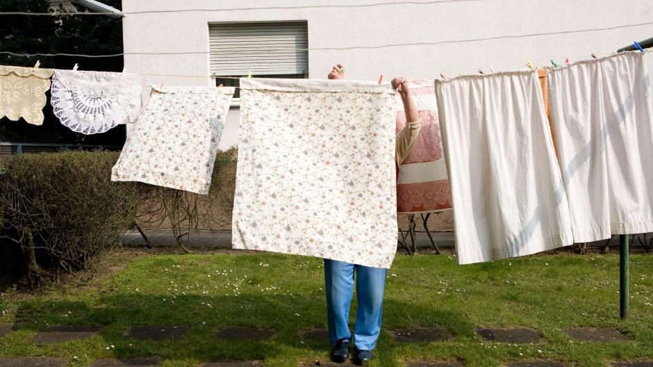 Gut abgehangen: Wenn die Wäscheschleuder kräftig Vorarbeit leistet, geht der Rest auf der Leine ganz geschwind.