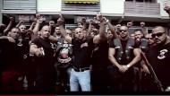 """Hände hoch: In einem """"Imagefilm"""" verkünden die """"Osmanen Germania"""": """"Wir kommen und übernehmen das ganze Land"""" – nun sind sie verboten."""