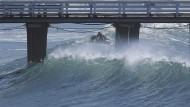 Lebensgefährliches Surfen in Wirbelsturm-Wellen