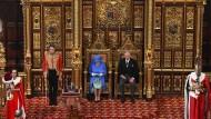 Gekleidet in den Farben der Europaflagge: Königin Elisabeth II. verliest an der Seite von Prinz Charles die Queen`s Speech.