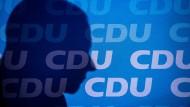 Wirft seinen Schatten voraus: Friedrich Merz (CDU), der als Merkels Nachfolger den CDU-Vorsitz übernehmen möchte.