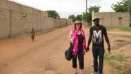 Helke Fussell besucht Babakar Segnane, um zu schauen, wo die Spenden aus Prien am Chiemsee landen.