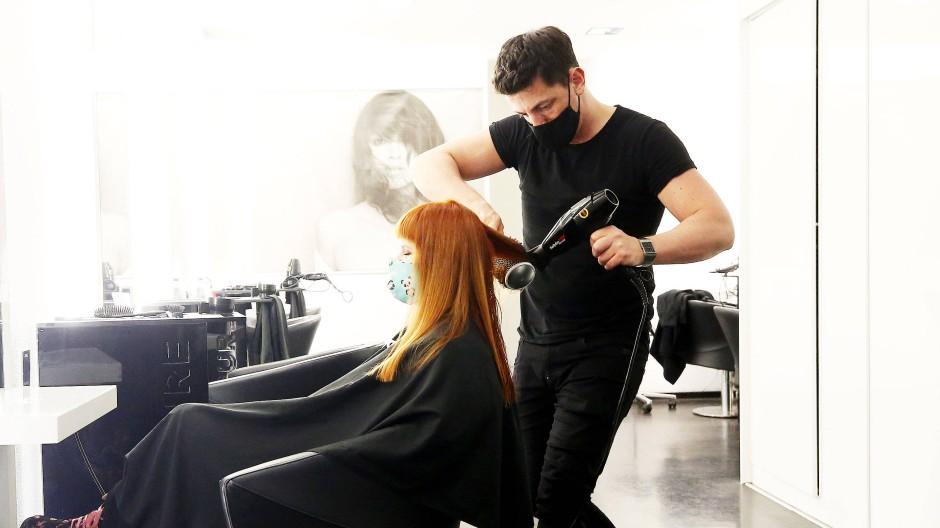 Ein Friseur vor dem Lockdown im Dezember: Die Berufsgruppe zählt zu den Handwerksberufen.