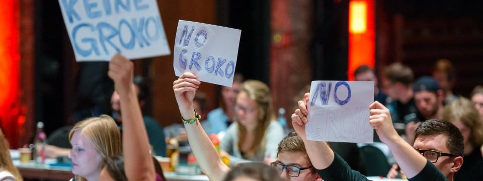 Sie sind Groko-skeptisch: Delegierte auf dem Juso-Bundeskongress während der Rede von SPD-Chef Martin Schulz am Freitag.