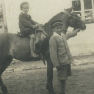 Szymon Groskop als Kind auf einem Pferd neben seinem Bruder Monja