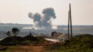 Rauchschwaden steigen am Sonntag nach einem Luftangriff, der angeblich von Flugzeugen der russischen und syrischen Streitkräfte ausgeführt wurde, über der syrischen Stadt Sarmin in der Region Idlib auf.