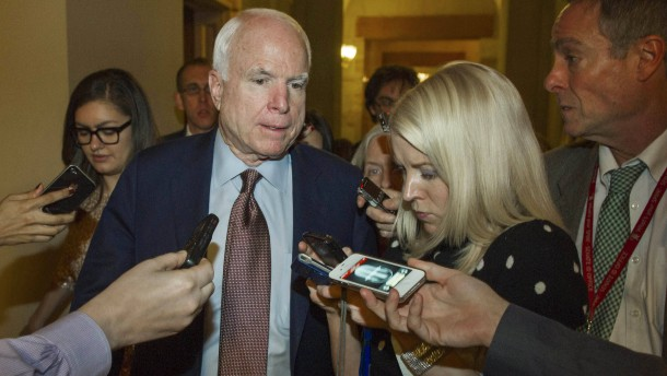 Senator John McCain nach der Abstimmung in der Nacht