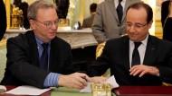 Feierliche Unterzeichnung: Google-Chef Schmidt, Frankreichs Staatspräsident Hollande (r.)