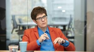 Kramp-Karrenbauer steht zu Merkels Entscheidung von 2015