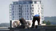 Arbeit in luftiger Höhe für Profis: Bessere Klimageräte müssen von Handwerkern installiert werden.