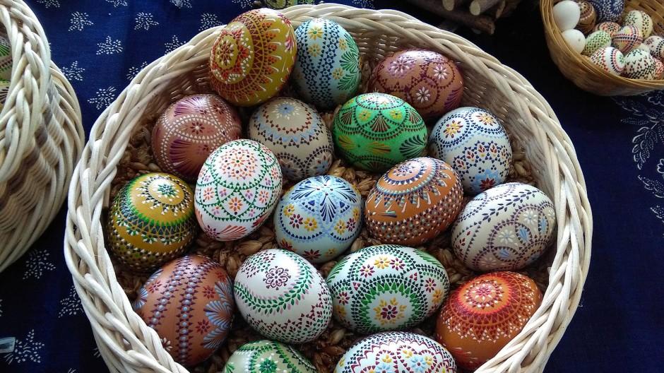 Die Paten fertigen in der Karwoche Hühner-, Enten- und Schwaneneier zu Kunstwerken für ihre Patenkinder.