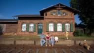 Bis zur Betonkante gehört der Familie Bettin der ehemalige Bahnhof von Tauche