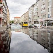 Ein Abschnitt der Silbersteinstraße in Berlin-Neukölln spiegelt sich in einem Autodach. Hier kam es am Donnerstag zu einer Auseinandersetzung zwischen der Polizei und einem flüchtenden Autofahrer.