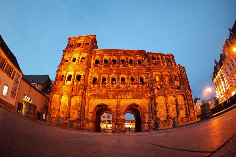 Nach Probebohrungen setzten die Archäologen etwa 330 Meter westlich der Porta Nigra an der heute sichtbaren, mittelalterlichen Stadtmauer den Spaten an.